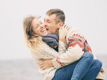 在被编织的毛线衣的年轻有吸引力的夫妇 库存图片