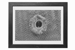 在被编织的竹子的黑图象0f丹麦乳蛋糕草莓 免版税库存照片