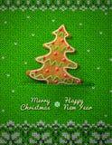 在被编织的背景的圣诞树曲奇饼 免版税库存照片