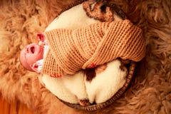 在被编织的围巾啼声盖的新出生的婴孩 库存图片
