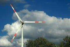 在被覆盖的天空的风轮机 免版税库存图片