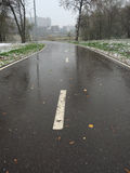 在被解冻的雪以后骑自行车和一个跑马场在公园 免版税库存图片