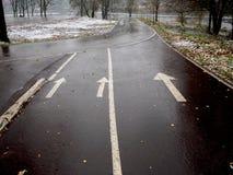 在被解冻的雪以后骑自行车和一个跑马场在公园 免版税库存照片