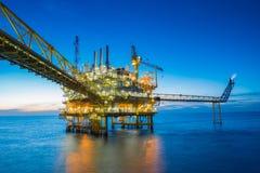 在被设置的太阳的近海油和煤气中央处理平台导致的原料气体和款待然后送了到向着海岸的精炼厂的地方 免版税库存照片