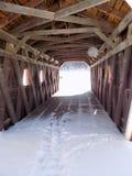 在被遮盖的桥里面 免版税库存照片