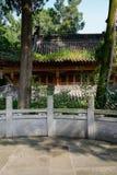 在被遮蔽的石楼梯栏杆后的古老中国木大厦 免版税库存图片