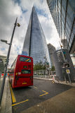 在被采取的大厦高伦敦上升摩天大楼之下 免版税库存照片