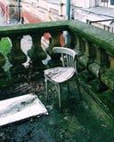 在被铸造的栏杆的老椅子 库存图片