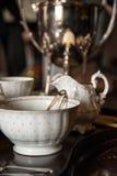 在被镶嵌的木服务的18世纪茶杯陶器 免版税库存图片