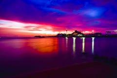 在被隔绝的小海岛的强烈的橙色日落Java的,印度尼西亚 库存照片