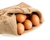 在被隔绝的粗麻布大袋的新近地下的有机鸡蛋 免版税库存图片