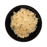 在被隔绝的黑碗的蒸的健康未磨光的糙米  库存照片