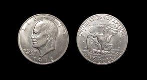 在被隔绝的黑背景的一枚美元硬币 免版税图库摄影