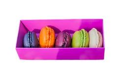 在被隔绝的一个桃红色箱子的多彩多姿的蛋白杏仁饼干蛋糕 免版税图库摄影