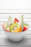 在被隔绝的一个白色碗的新鲜水果 库存照片