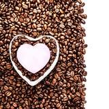 在被隔绝的咖啡豆背景的情人节假日。 免版税库存图片