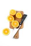 在被隔绝的木书桌上的橙色刀子 免版税图库摄影