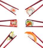 在被隔绝的木红色筷子的寿司集合 库存照片