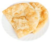 在被隔绝的白色板材的Cheburek酥皮点心 免版税库存照片