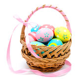 在被隔绝的篮子的五颜六色的手工制造复活节彩蛋 库存图片