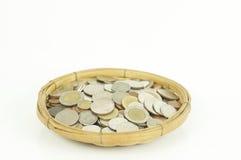 在被隔绝的篮子的硬币 免版税库存图片