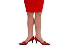 在被隔绝的红色中等脚跟的腿 免版税库存照片
