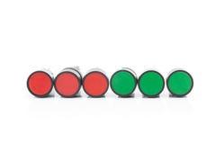 在被隔绝的背景的红色和绿色按钮开关 免版税库存照片
