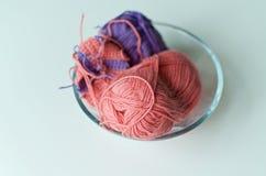 在被集中的碗的毛线 库存照片