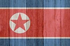 在被风化的木头的一面土气老北朝鲜的旗子 皇族释放例证