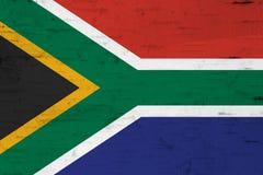 在被风化的木头的一面土气老南非旗子 免版税库存照片
