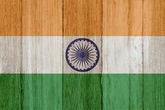 在被风化的木头的一面土气老印度旗子 向量例证