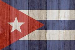 在被风化的木头的一面土气老古巴旗子 皇族释放例证