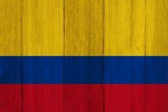 在被风化的木头的一面土气老哥伦比亚旗子 图库摄影