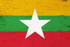 在被风化的木头的一面土气老缅甸旗子 向量例证