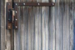 在被风化的木板条门背景的铰链 免版税图库摄影