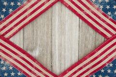 在被风化的木背景的美国爱国老旗子 免版税库存图片