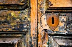在被风化的木门的葡萄酒关键孔 免版税库存图片