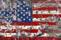 在被风化的混凝土墙,虚构的desig上的脏的美国国旗 免版税库存照片