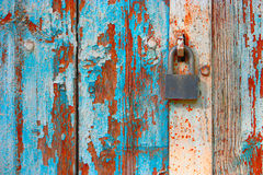 在被风化的蓝色绘的锁着的老木门 免版税库存图片
