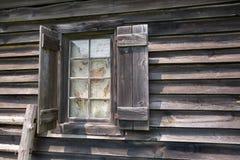 在被风化的谷仓的窗口 免版税图库摄影
