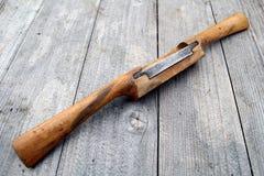 在被风化的wo的古色古香的黄杨木潜叶虫葡萄酒辐刀木制品工具 库存照片