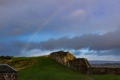 在被破坏的城堡墙壁的Rainbiow 图库摄影