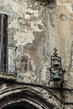 在被破坏的织地不很细墙壁上的绿色生锈的响铃 图库摄影