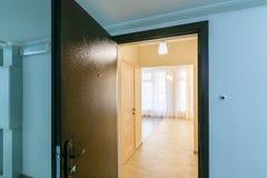 在被更新的公寓新的大厦的开放前门 库存图片