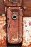 在被击毁的被放弃的船的生锈的门 库存图片