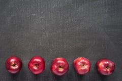在被绘的委员会的五个苹果 免版税库存图片