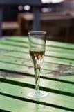 在被绘的木桌上的香宾玻璃 免版税库存照片