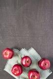 在被绘的背景的五个红色苹果 免版税库存照片