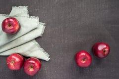 在被绘的背景的五个苹果 免版税库存图片