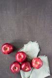 在被绘的背景的红色苹果 免版税库存照片